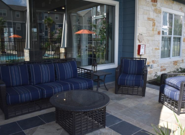 Clubhouse - Outdoor Seating